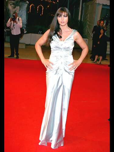 photo monica bellucci sur le tapis rouge people. Black Bedroom Furniture Sets. Home Design Ideas