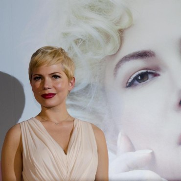 Michelle Williams en Alexander McQueen à la première japonnaise de My Week With Marilyn