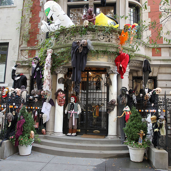 halloween regardez les maisons de stars d cor es new york la maison des zombies d co. Black Bedroom Furniture Sets. Home Design Ideas
